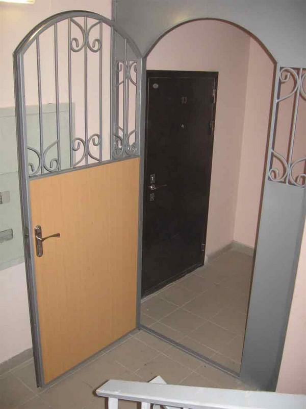 поставить лестничную металлическую дверь
